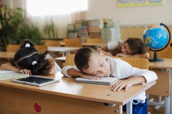 Niños durmiendo en clase