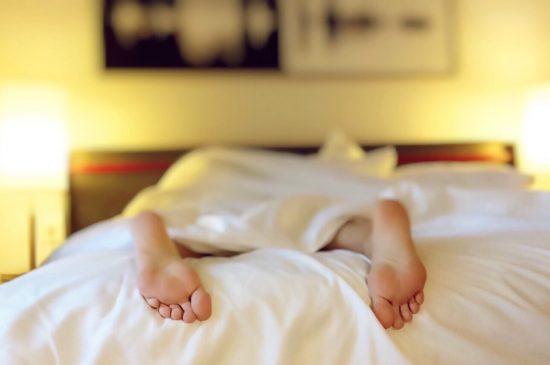 Dormir en la cama. Dominio público.